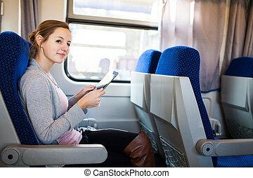 kobieta, komputer, jej, tabliczka, młody, znowu, pociąg, podróżowanie, używając