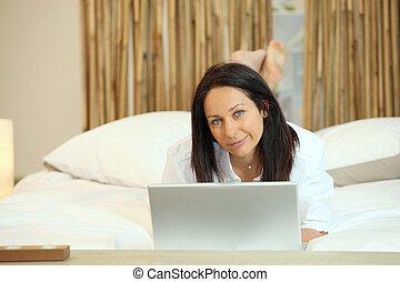 kobieta, komputer, leżący, łóżko