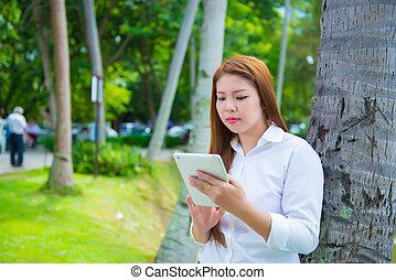 kobieta, laptop, handlowy, używając