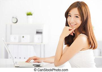 kobieta, laptop, młody, asian, używając, szczęśliwy