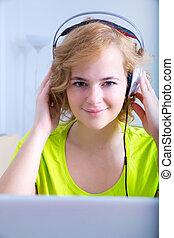 kobieta, laptop, słuchawki, młody dorosły, przód