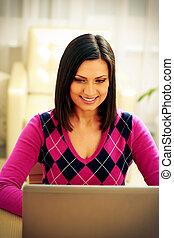 kobieta, laptop, wiek średni, używając, dom, uśmiechanie się