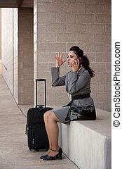 kobieta mówiąca, gniewny, telefon, komórka, hispanic, podróżnik