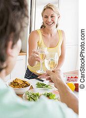 kobieta mówiąca, pora na posiłek, mąż, przygotowując, mąka, znowu