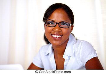 kobieta, młode przeglądnięcie, pociągający, ty, uśmiechanie się