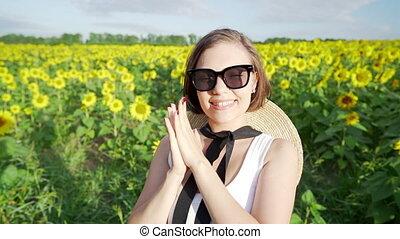 kobieta, młode przeglądnięcie, pole, aparat fotograficzny, słoneczniki, ładny, uśmiechanie się