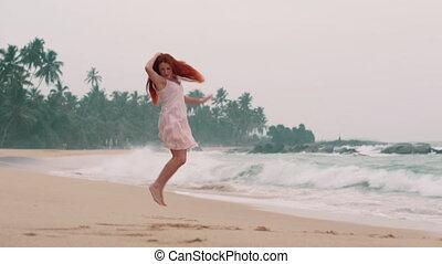 kobieta, młody, ocean, skokowy, plaża, szczęśliwy
