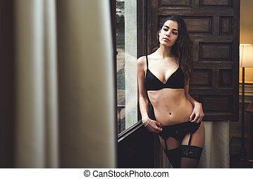 kobieta, młody, okno, bielizna, przedstawianie, sexy
