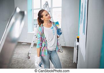 kobieta, malarstwo, uszczęśliwiony, dzierżawa szczotka