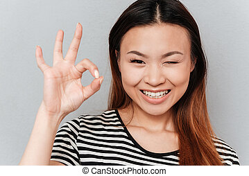 kobieta, migoczący, pokaz, młody, ok, gest