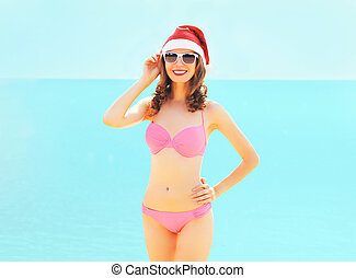 kobieta, morze, kapelusz, na, młody, święty, uśmiechanie się, plaża, boże narodzenie, czerwony
