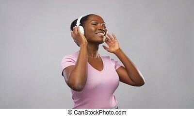 kobieta, muzykować słuchanie, słuchawki, afrykanin