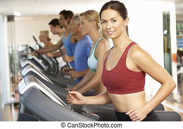 kobieta, na, bieg maszyna, w, sala gimnastyczna
