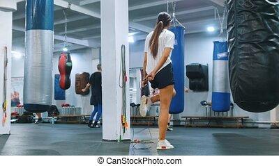 kobieta, na, sala gimnastyczna, skokowy sznur