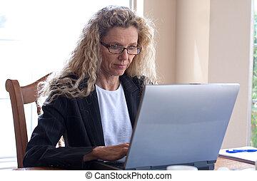 kobieta, na, stół, z, laptop