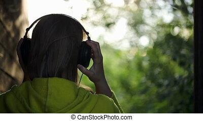 kobieta, na wolnym powietrzu, muzykować słuchanie