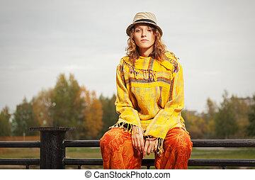 kobieta, na wolnym powietrzu, poręcz, posiedzenie, młody, fason, hipster