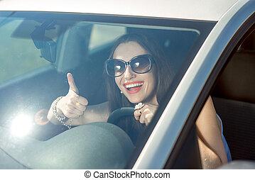 kobieta, napędowy, jej, wóz, młody, nowy, uśmiechanie się