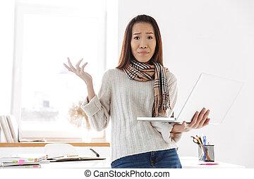 kobieta, nie podobał się, handlowy, laptop komputer, asian, dzierżawa