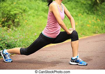 kobieta, nogi, rozciąganie, biegacz