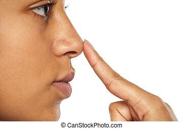 kobieta, obielany, jej, ciemny, dotykanie, nos
