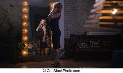 kobieta, odbicie, podziwiając, ładny, lustro, dom