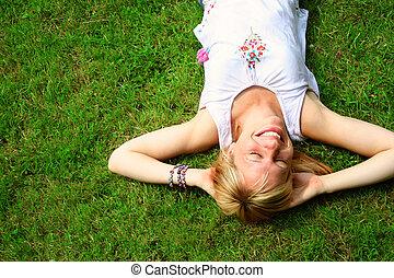 kobieta odprężająca, blond