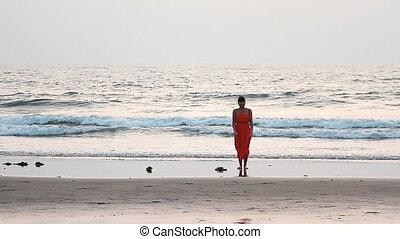 kobieta odprężająca, sarong, piękno, promienie, zachód słońca plaża, czerwony