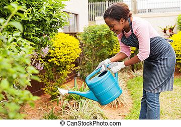 kobieta, ogród, jej, łzawienie, młody, afrykanin
