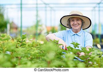 kobieta, ogrodowa praca, senior, cieszący się, szczęśliwy