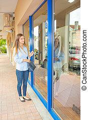kobieta, okno shopping