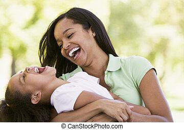 kobieta, outdoors, młody, śmiech, obejmowanie, dziewczyna