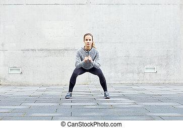 kobieta, outdoors, wykonując, kuca