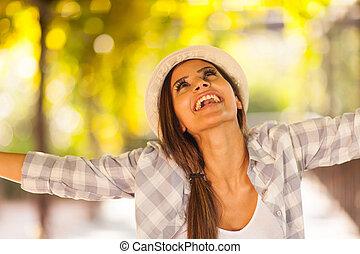 kobieta, outdoors, z, jej, herb outstretched