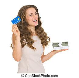 kobieta, pakuje, pieniądze, młody, kredyt, dzierżawa, karta, szczęśliwy