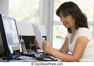 kobieta, paperwork, biuro, komputer, dom, uśmiechanie się