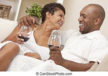 kobieta, &, para, amerykanka, człowiek, afrykanin, picie, szczęśliwy, wino