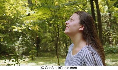 kobieta, park, młody, odprężając, szczęśliwy