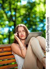 kobieta, park, młody, tabliczka, cyfrowy