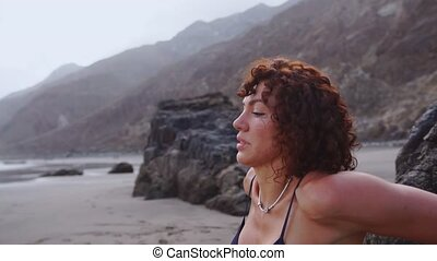 kobieta, pchn-ups, stosowność, młody, ocean., skała, przeć, plaża, ups