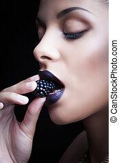 kobieta, piękno, degustacja, pefect, makijaż, młody, czarnoskóry, jeżyna, portret