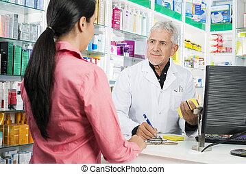 kobieta pisanie, patrząc, znowu, clipboard, farmaceuta