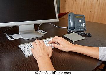 kobieta, pisząc na maszynie, na, niejaki, komputerowa klawiatura