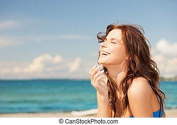 kobieta, plaża, śmiech