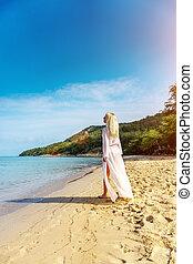 kobieta, plaża, beztroski, szczęśliwy
