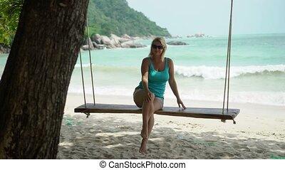 kobieta, plaża, młody, huśtać się