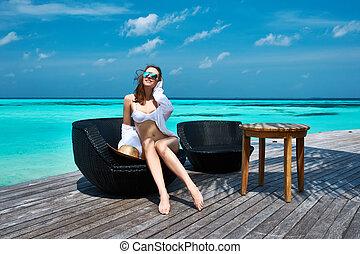 kobieta, plaża, molo, malediwy