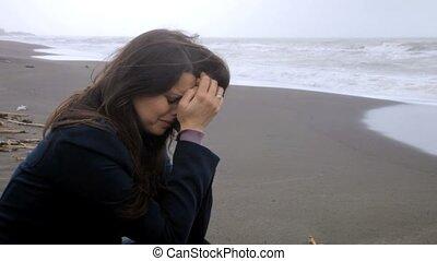 kobieta, plaża, płacz, smutny