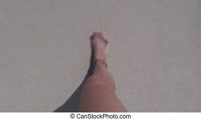 kobieta, plaża, pieszy, 30, feet