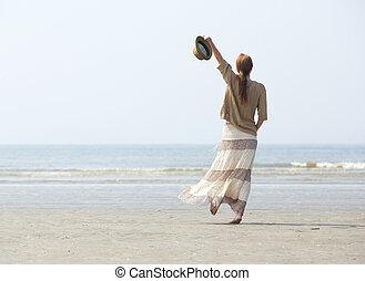 kobieta, plaża, pieszy, podniesiona ręka